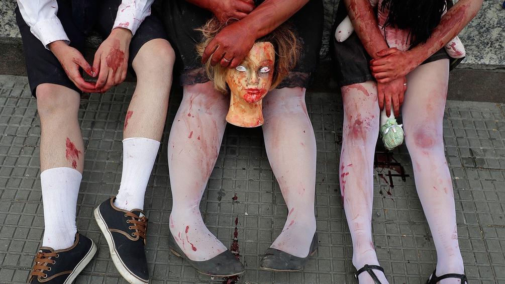 Beine von Menschen, die sich als Zombies verkleidet haben