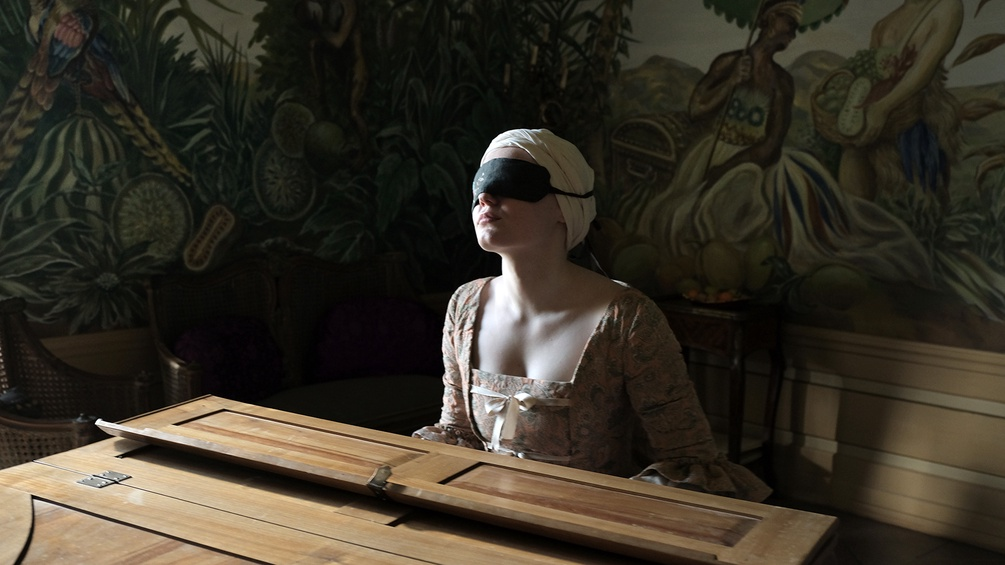Resi (Maria Dragus) am Klavier