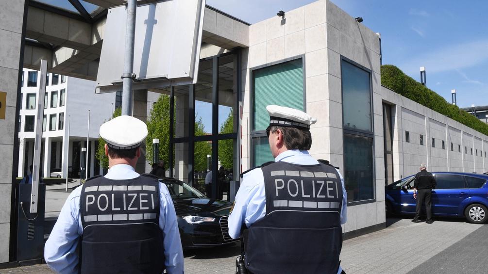Zwei Polizisten vor der Vor der Bundesanwaltschaft in Karlsruhe (Baden-Württemberg)