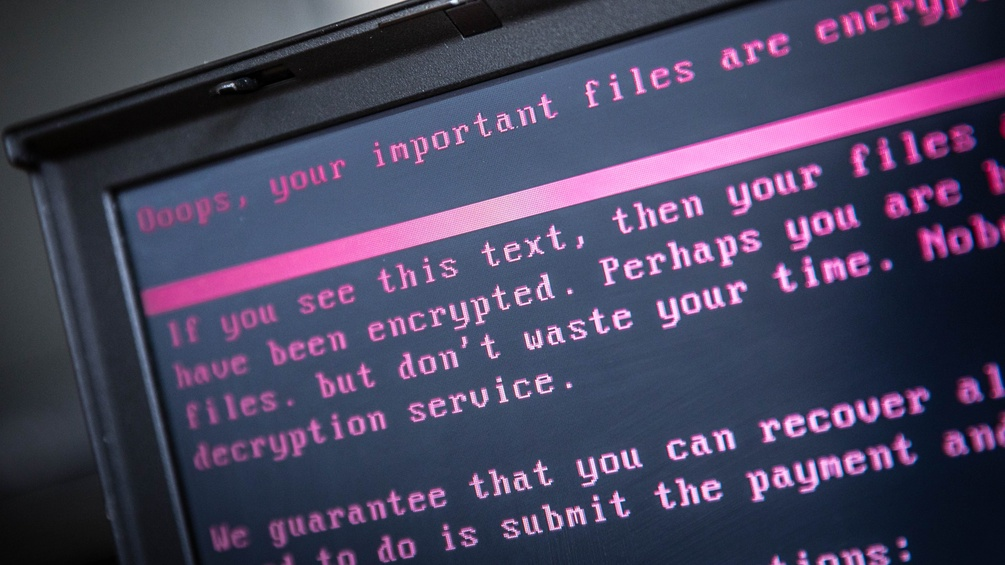 "Schwarzer Bildschirm mit rosa Schrift: ""Oops, your important files are encrypted"""