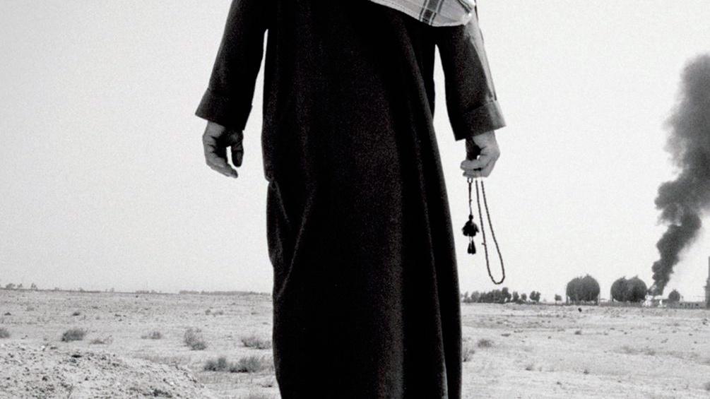 Mann in Saudi Arabien, am Horizont brennt es, Buchumschlagausschnitt
