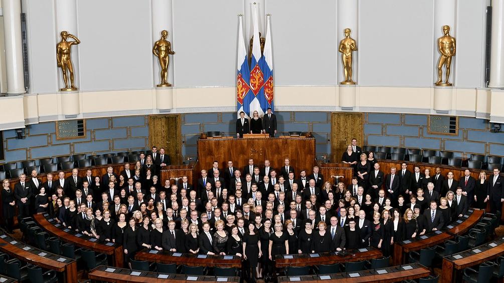Finnisches Parlament posiert für ein Gruppenfoto anlässlich 100 Jahre Unabhängigkeit
