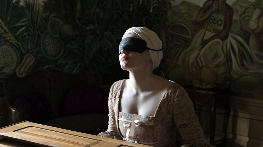 """Szenenausschnitt """"Licht"""", Frau mit verbundenen Augen"""