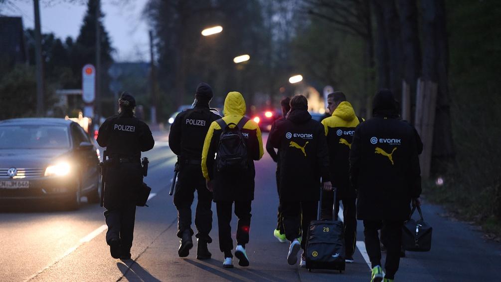 Polizei eskortiert nach dem Anschlag BVB-Spieler