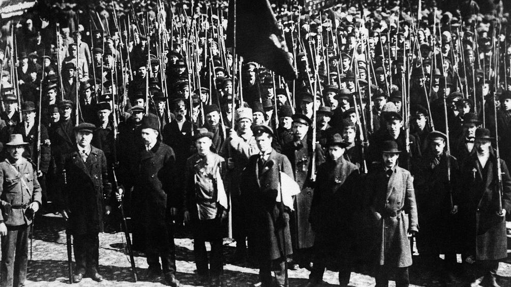 Menschen demonstrieren in Moskau während der Revolution 1917