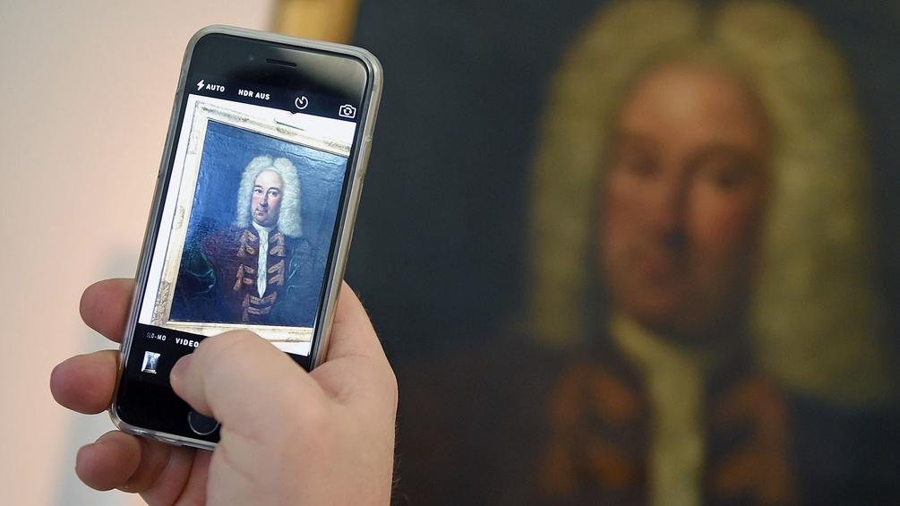 Ein Porträt, das mit höchster Wahrscheinlichkeit Georg Friedrich Händel zeigt, fotografiert ein Besucher
