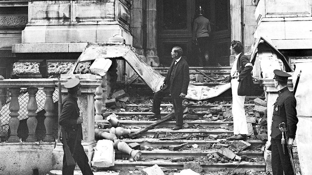 Zerstörtes Gebäude in Wien nach Unruhen 1927