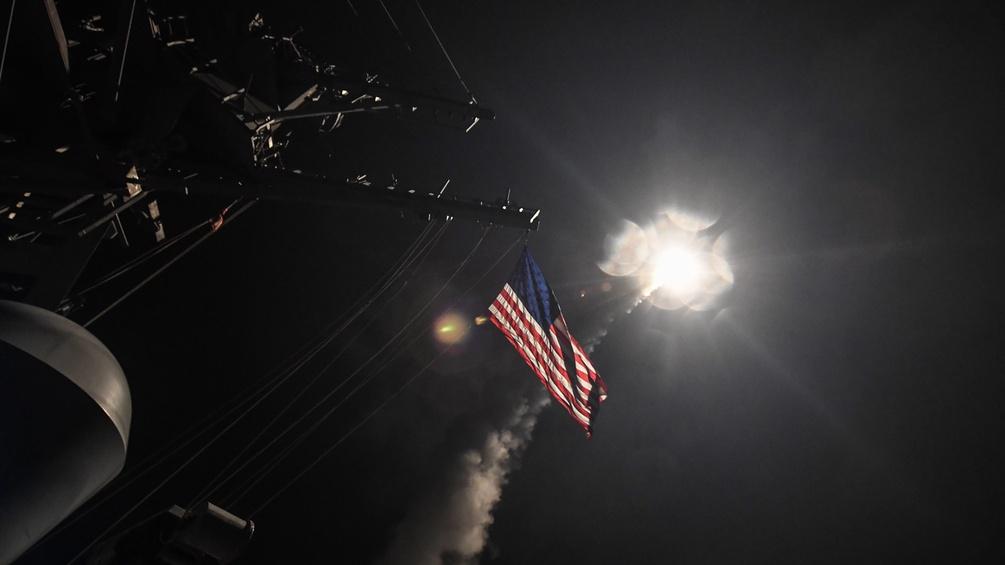 Ein amerikanisches Kriegsschiff feuert eine Rakete ab