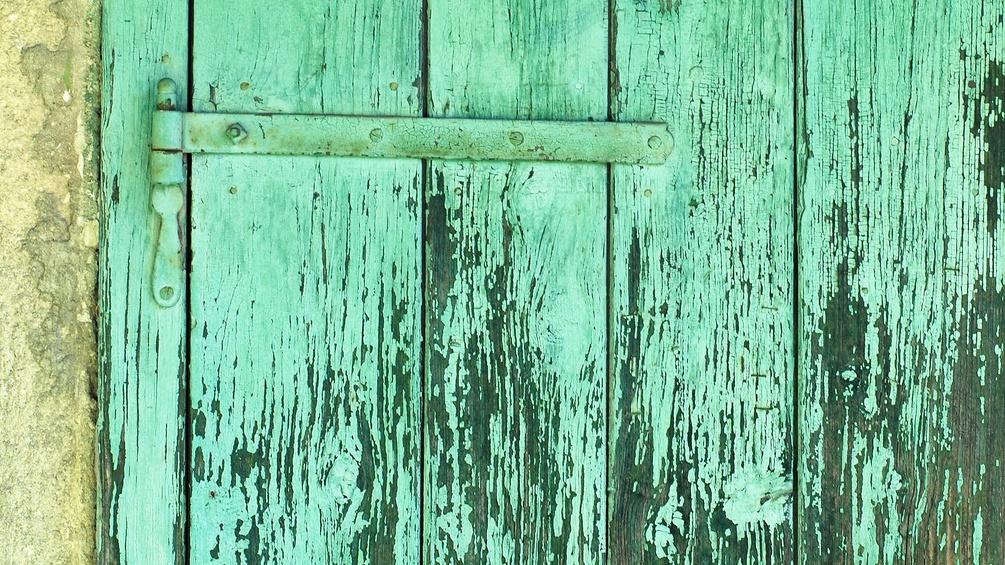 Türkise Tür, abgenützt