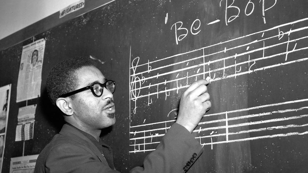 Dizzy Gillespie notiert eien Bebop-Phrase auf eine Tafel, New York 1947
