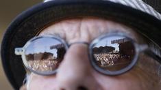 Festivalpublikum spiegelt sich in Sonnenbrille