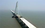 Hängebrücke im Meer