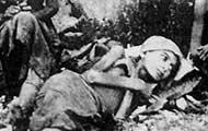 Armenische Frau am Boden liegend, um 1915