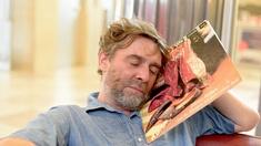 Christian Scheib mit einer Plattenhülle, schlafend