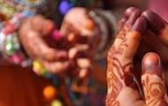 Bemalte Frauenhände in Karachi