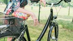 Renata Schmidtkunz lehnt auf ihrem Rad