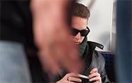 Jugendlicher mit Sonnenbrille
