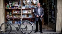 Ein iranischer Armenier vor seinem Buchgeschäft