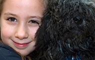 Ein Kind mit Hund