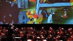 Fran Welser-Möst und das Cleveland Orchestra, im Hintergrund Animation