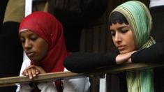 Zwei Mädchen mit Kopftuch auf den Zuschauerplätzen des Parlaments