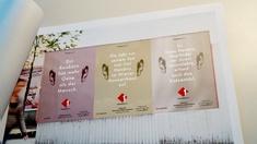 Werbeplakate in einer Präsentationsmappe