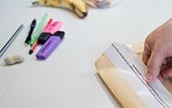 Der Direktor einer Wiener Schule öffnet verpackte Maturaaufgaben