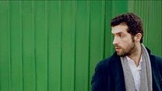 Junger Mann vor grünem Baucontainer