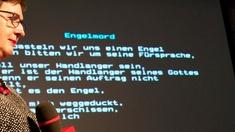 Frau vor Screen mit Gedicht