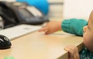 Kleinkind greift nach einer Tastatur