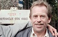 """Havel an der tschechisch-polnischen Gernze vor dem Schild """"Achtung! Staatsgrenze nicht überschreiten"""""""
