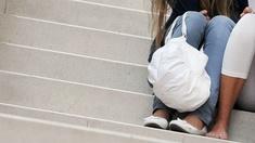Junge Menschen sitzen auf Stufen