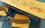 Tisch und Stühle im Klassenzimmer
