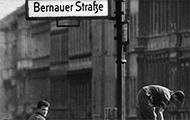 Arbeiter erhöhen die Sektorensperre an der Bernauer Straße in Berlin 1961