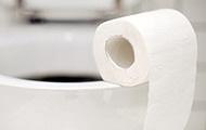 Toilettenpapier auf Klomuschel