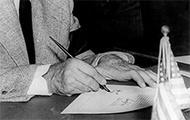 Franklin Delano Roosevelt unterschreibt