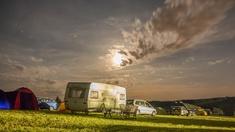 Campingwagen und Autos auf der Wiese