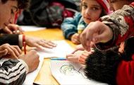 Zeichnende Kinderhände