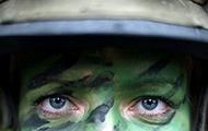 Augen einer Soldatin in Camouflage