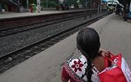 Frau in Indien am Bahnhof
