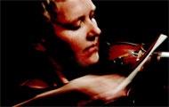 Die Musikerin Mia Zabelka spielt auf ihrer Geige.