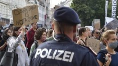 Demonstration mit Polizist
