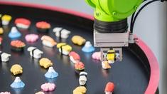 Ein Roboter serviert Sushi