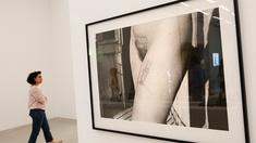 Aktfoto in einer Ausstellung