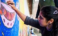 Roma-Mädchen beim Malen
