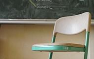 Ein leerer Sessel im Klassenzimmer