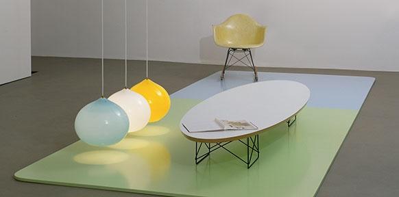 Sessel, Ballone, Ausstellungsansicht