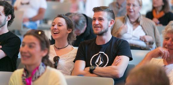 Lachende Menschen im Publikum