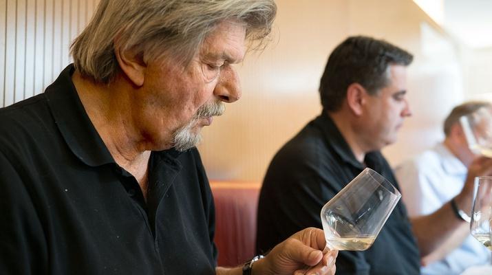 Ein Mann bei einer Weinverkostung