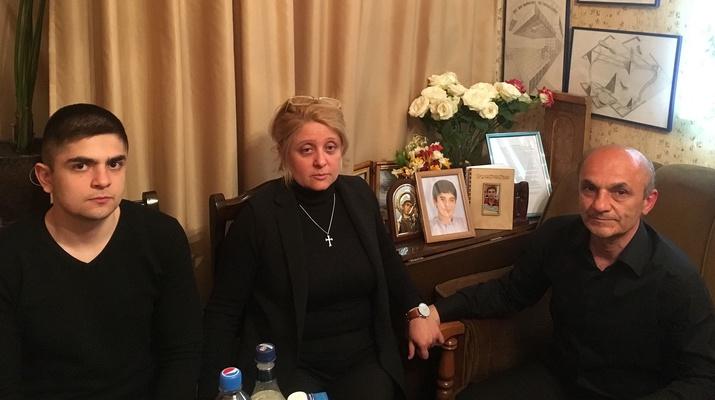 Familie Sahakian vor den Bildern ihres gefallenen Sohnes